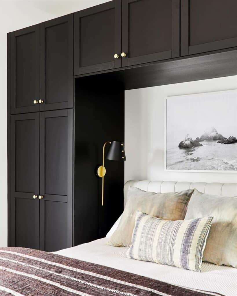 Small guest room niche for bed and closets